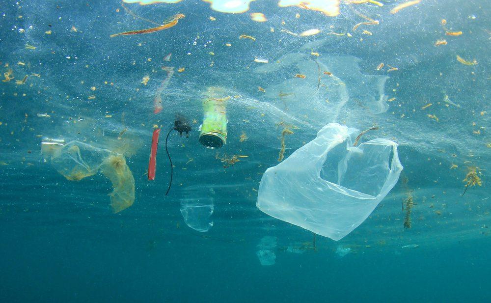 śmieci w morzu